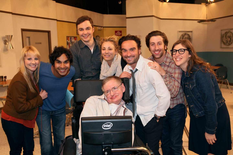 Los protagonistas de la serie Big Bang Theory con Stephen Hawking.