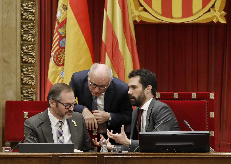 El presidente del Parlament, Roger Torrent, junto al vicepresidente primero Josep Costa (izqda.) y el letrado Xavier Muro.