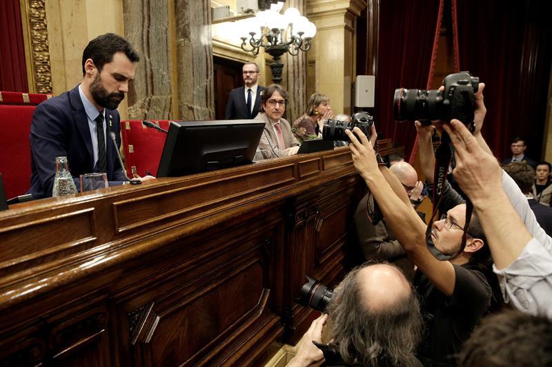 El presidente del Parlament, Roger Torrent, al inicio de la segunda jornada del pleno de investidura que se ha mantenido, pero ya no para proceder a la segunda votación para investir a Jordi Turull, que ayer volvió a ingresar en prisión, sino como un debate simbólico.