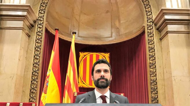 Roger Torrent preside el Pleno del Parlament.