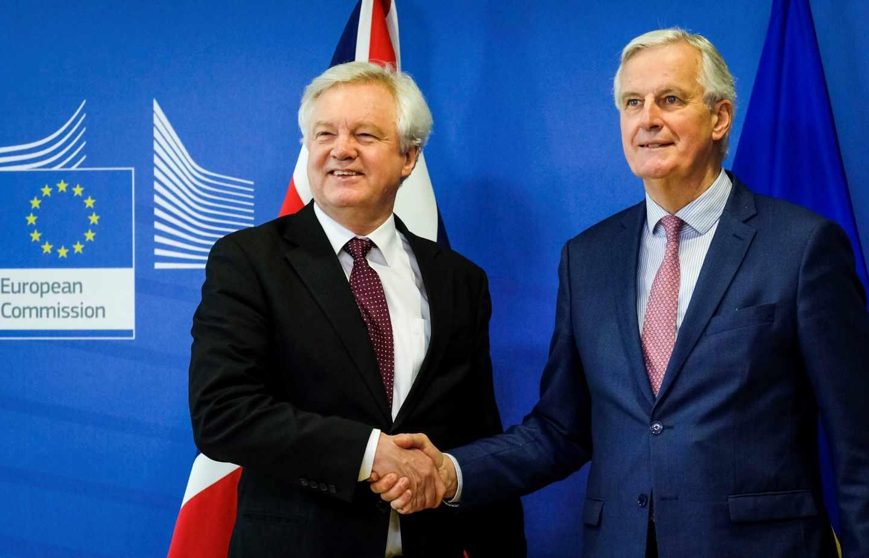 Michel Barnier, dcha, y David Davies, en Bruselas, sobre el Brexit.