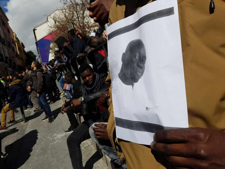 Senegaleses concentrados en Lavapiés en recuerdo del mantero fallecido.