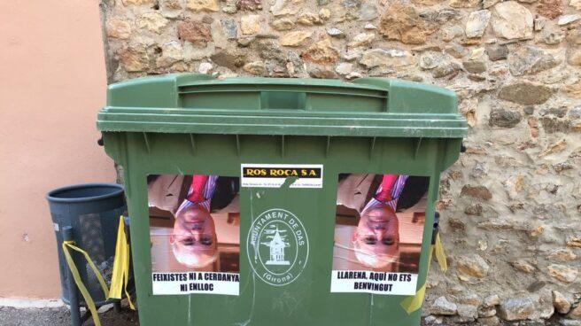 Cubos de basura con fotos del revés del juez Llarena.
