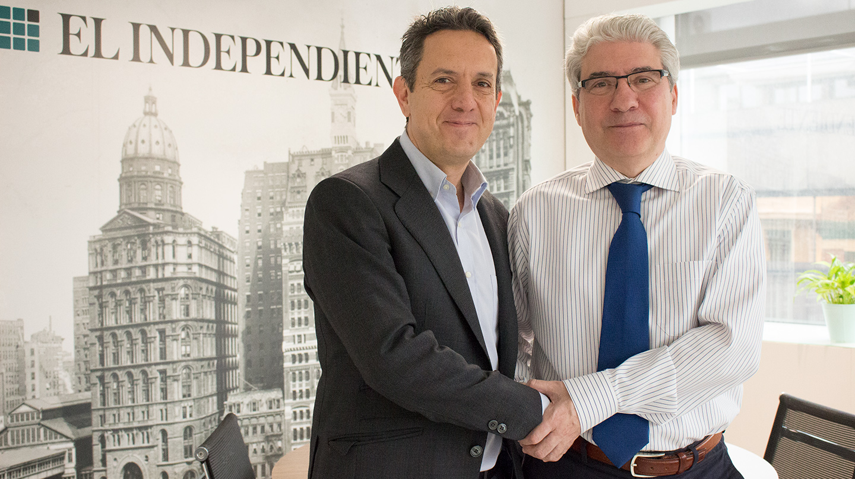 Juanma Trueba de 'A la contra' y Casimiro García-Abadillo, director de 'El Independiente'
