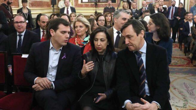 El líder de Ciudadanos, Albert Rivera, junto a los portavoces de PSOE y PP, Margarita Robles y Rafael Hernando.