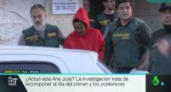 Momento de la salida de Ana Julia Quezada de su domicilio en Vícar, captado por las cámaras de La Sexta.