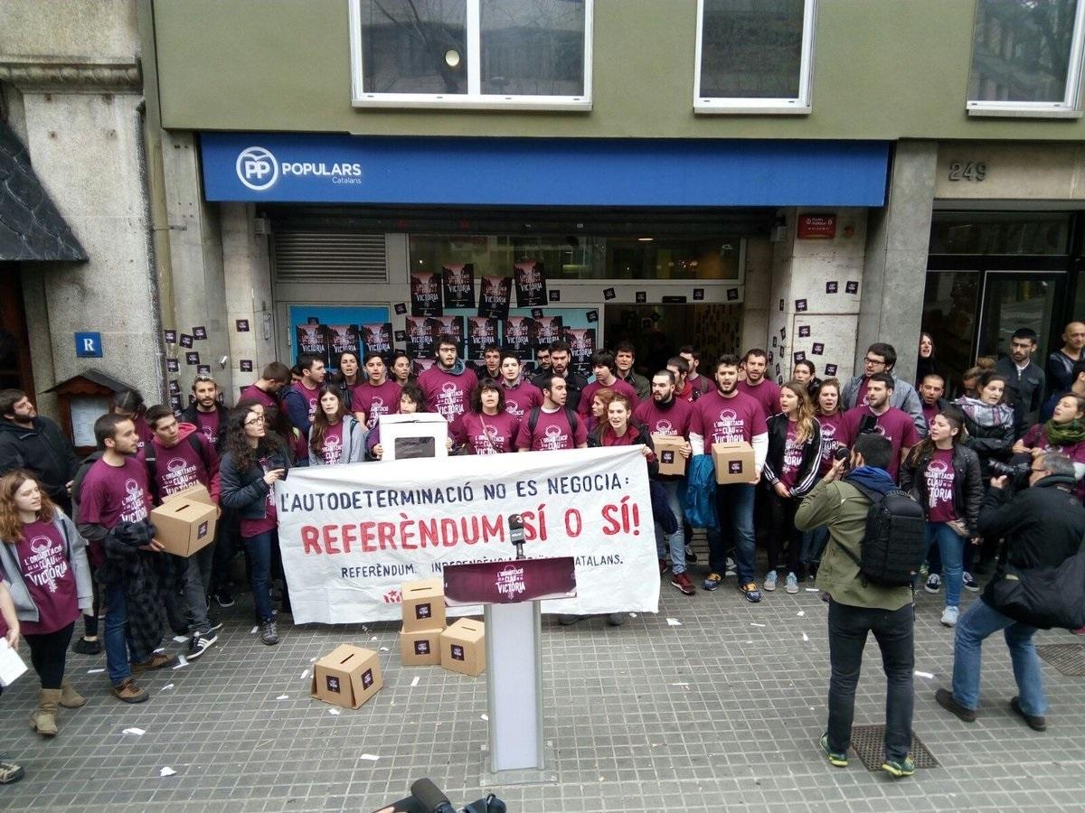 Miembros de Arran durante una manifestación ante la sede del PP.
