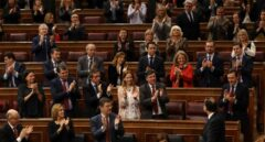 La bancada del PP aplaude a Mariano Rajoy tras su intervención por las pensiones en el Congreso.