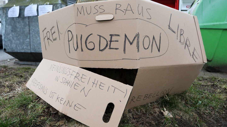 Carteles en solidaridad con Puigemont, cerca de la prisión de Neumünster.