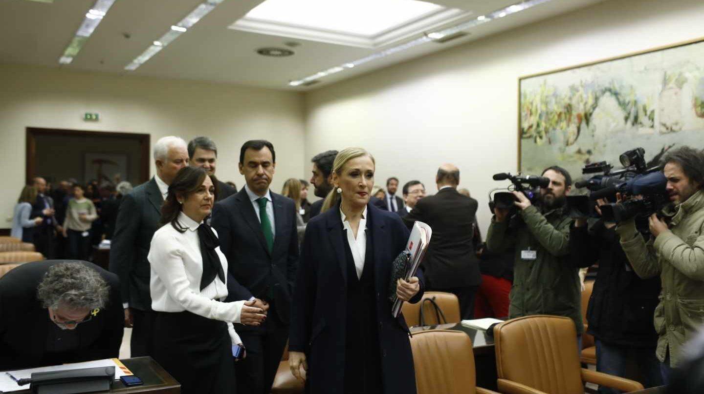 Cristina Cifuentes llega a la comisión del Congreso acompañada por una amplia representación del PP.