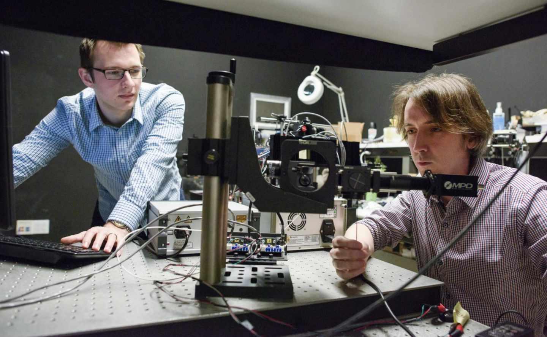 David Lindell y Matt O'Toole trabajando con su detector de objetos ocultos
