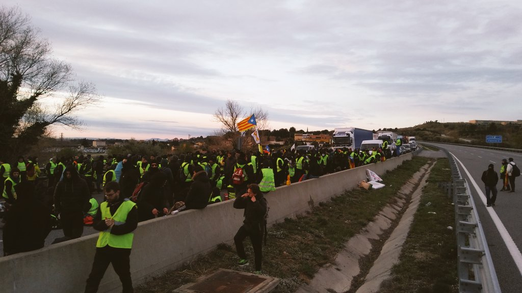 Manifestantes independentistas cortan la carretera AP-7 en Figueres (Girona).