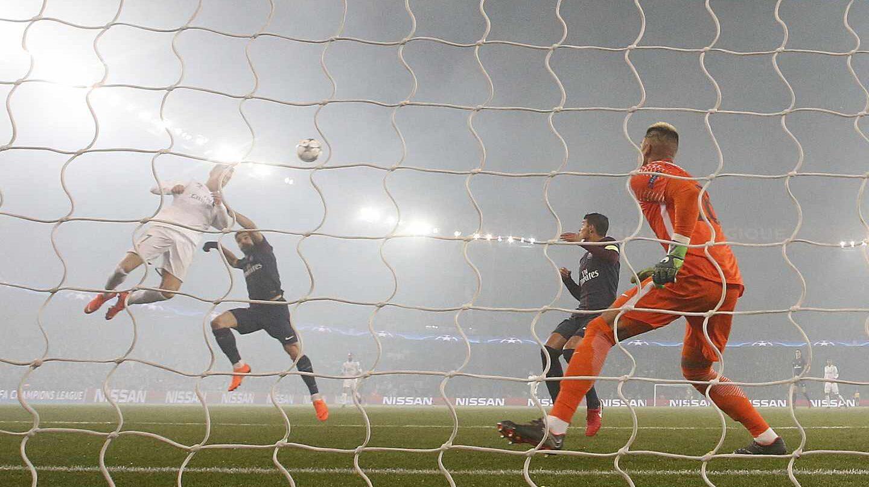 Cristiano Ronaldo anota el 0-1 en el Parque de los Príncipes de París durante la eliminatoria de Champions League entre PSG y Real Madrid.