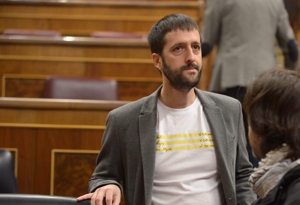El diputado Del Olmo lleva al Congreso una camiseta de la empresa que fundó.