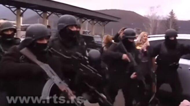 Policías kosovares armados se disponen a detener al delegado del gobierno serbio para Kosovo, Marko Djuric.