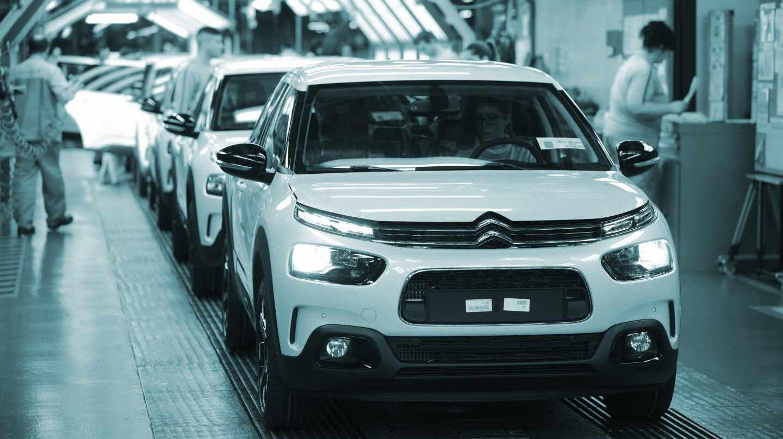 Operarios en la fábrica de Citroën en Madrid. EP