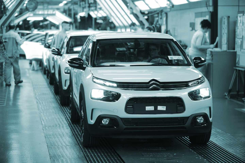 Operarios en la fábrica de Citroën en Madrid.
