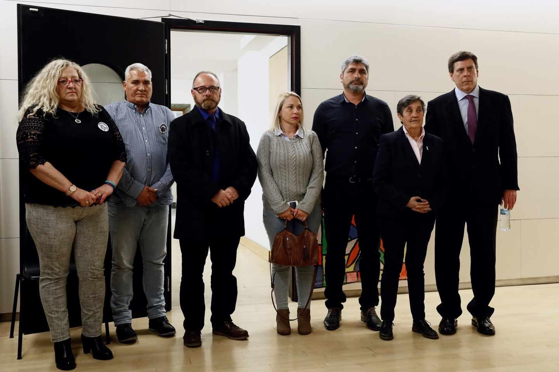 Juan Carlos Quer (d), Blanca Estrella Ruiz (2d), presidenta de la Asociación Clara Campoamor, Juan José Cortés (3d), Jessica Sánchez (c), en representación de la familia de Yéremi Vargas, Antonio del Castillo (3i), los padre de Sandra Palo, María del Mar Bermúdez (i) y Francisco Palo (2i)