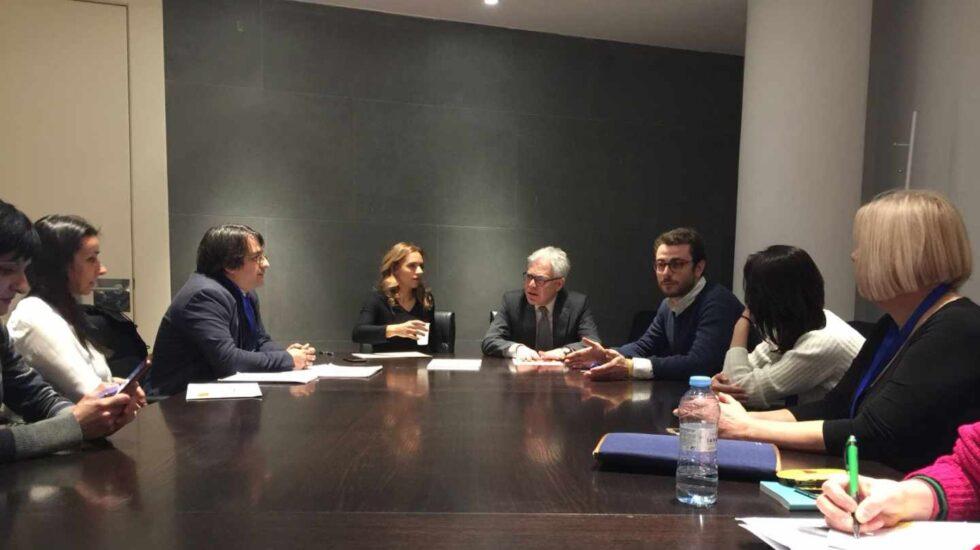 Susana Sumelzo y Jesús María Fernández (PSOE) con afectados de la clínica iDental y el representante de Osoigo en el Congreso.