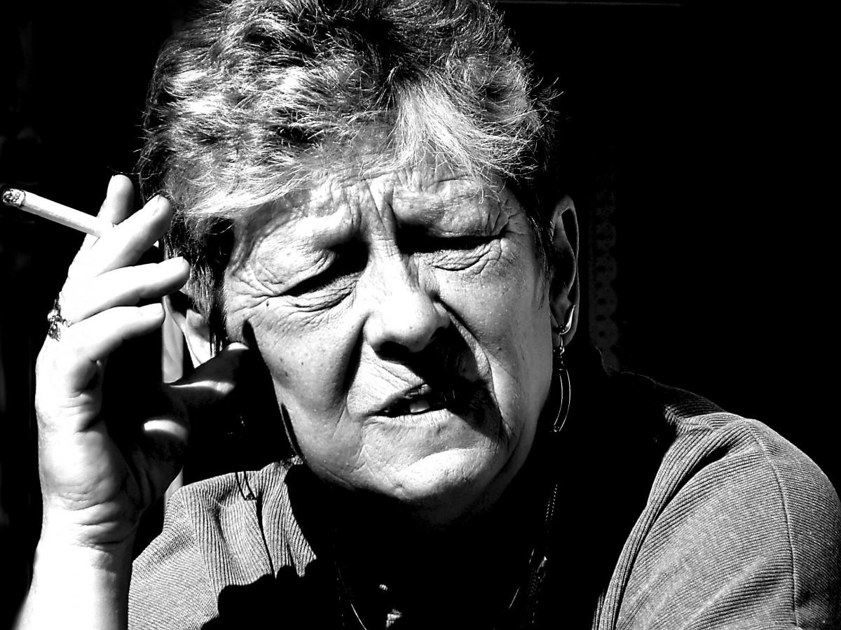 Fumar aumenta hasta un 60% el riesgo de quedarse sordo.