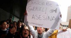 Un centenar de personas grita pidiendo justicia al paso del furgón policial que traslada a Ana Julia Quezada hasta la Ciudad de la Justicia de Almería.