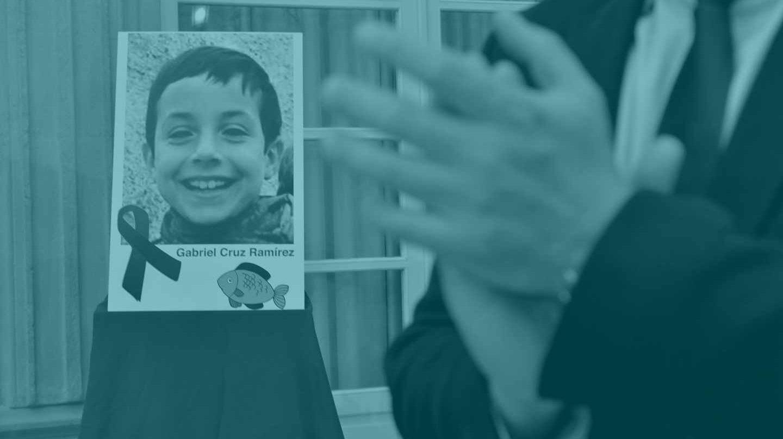 Retrato del niño Gabriel Cruz colocado en el patio de la diputacion de Almería.