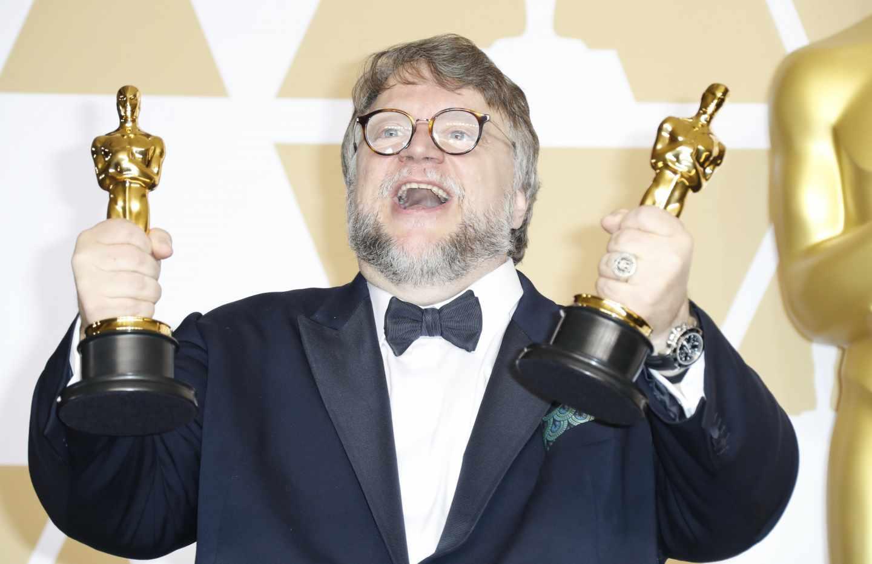 Guillermo del Toro con dos de los cuatro Oscar que se llevó 'La forma del agua'