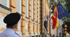 Un policía ruso monta guardia frente a la embajada española en Moscú.