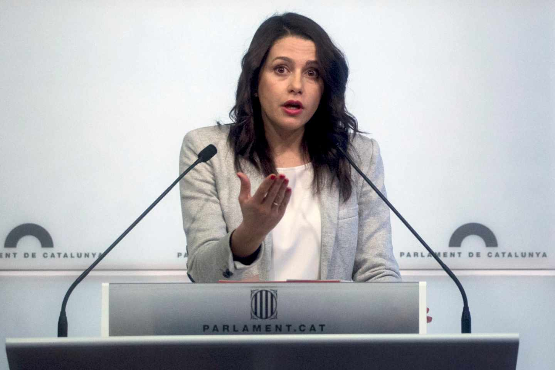 Inés Arrimadas, durante una rueda de prensa en el Parlament de Cataluña.