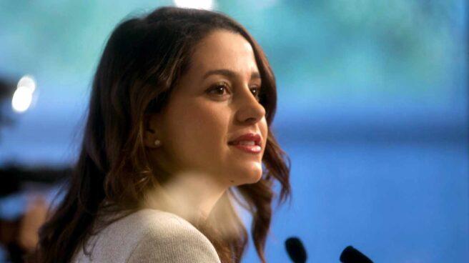 La líder de Ciudadanos en Cataluña, Inés Arrimadas, durante una rueda de prensa en el Parlament.