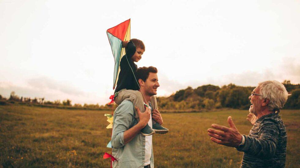 Un jubilado junto a su hijo y su nieto.