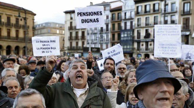 Manifestantes congregados en Pamplona por unas pensiones dignas.