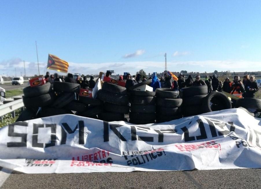 Manifestantes convocados por los CDR cortan la autovía A-2 en Cataluña en protesta por la detención de Puigdemont.