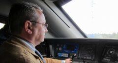 Maquinista Jefe de tren de un Avant 114 de Renfe, fotografiado en 2011.