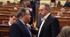 El ministro del Interior, Juan Ignacio Zoido, junto al portavoz de Ciudadanos, Juan Carlos Girauta.