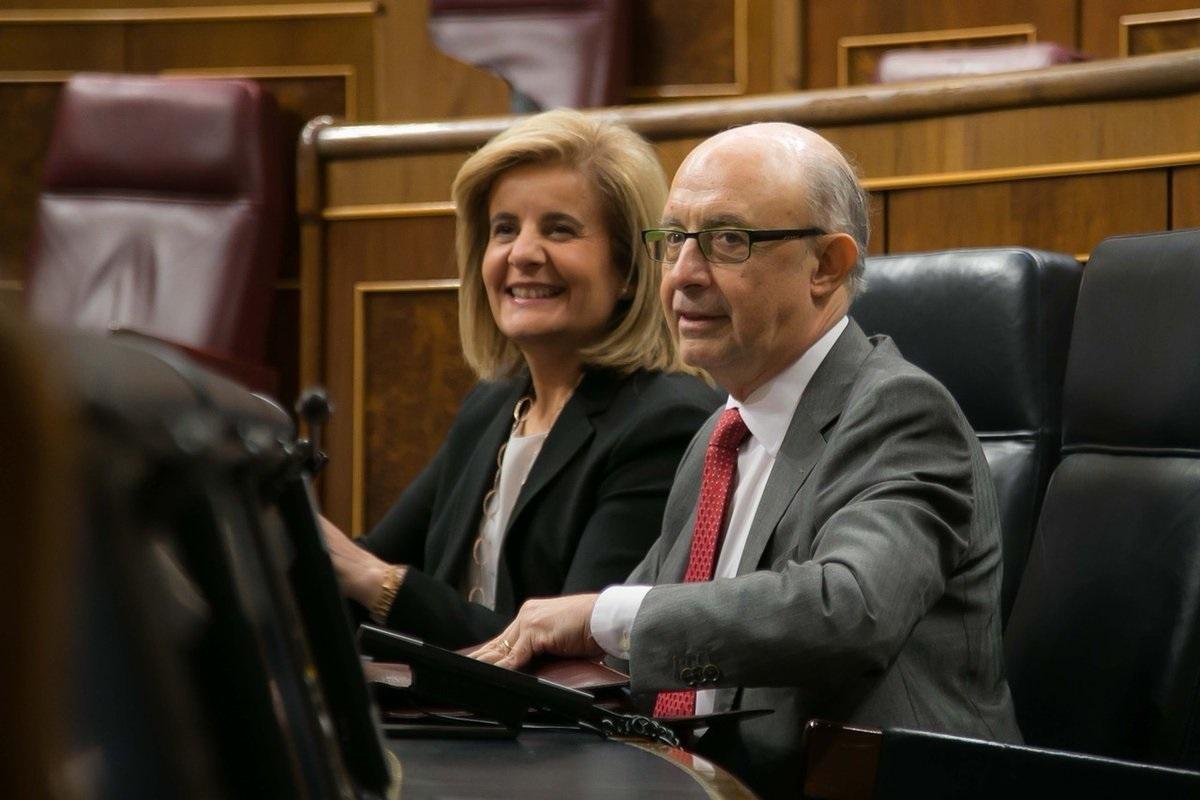 El ministro de Hacienda, Cristóbal Montoro, y la ministra de Empleo, Fátima Báñez, en el Congreso de los Diputados.