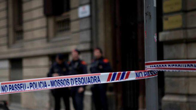 Los Mossos d'Esquadra custodian la sede de Òmnium Cultural en Barcelona.