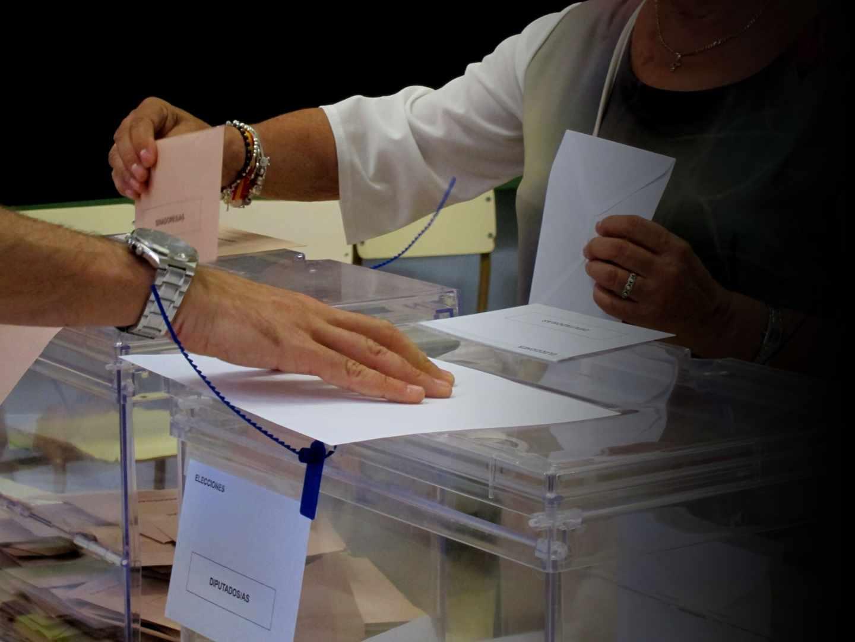 Una mujer vota durante las elecciones de 26-J.