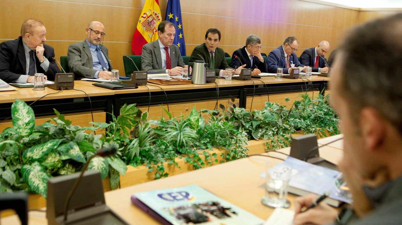El secretario de Estado de Seguridad, José Antonio Nieto, y los representantes de los agentes en la reunión en la que se alcanzó el preacuerdo.