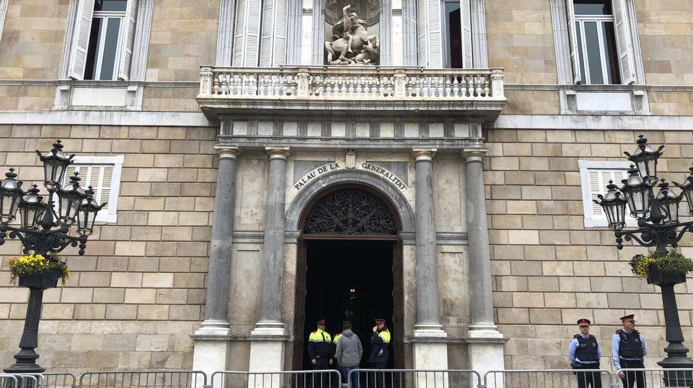 El Palau de la Generalitat custodiado por varios agentes.