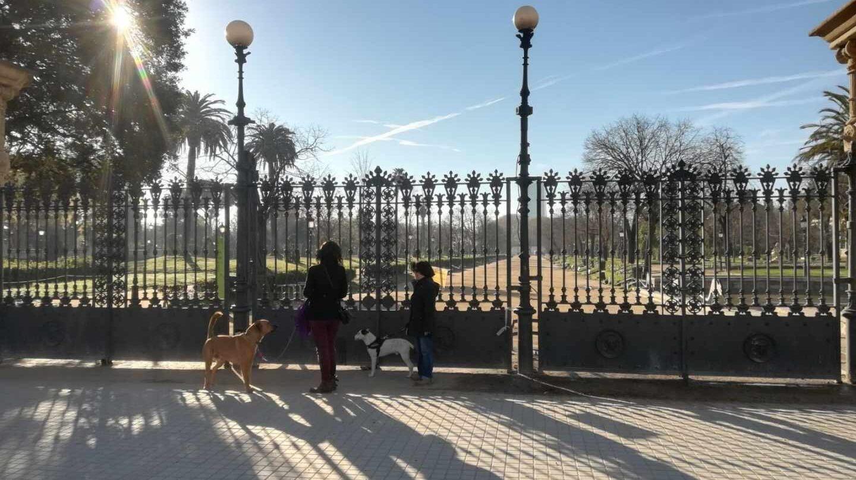 El parque de la Ciutadella, donde permanece el Parlament de Cataluña, cerrado.