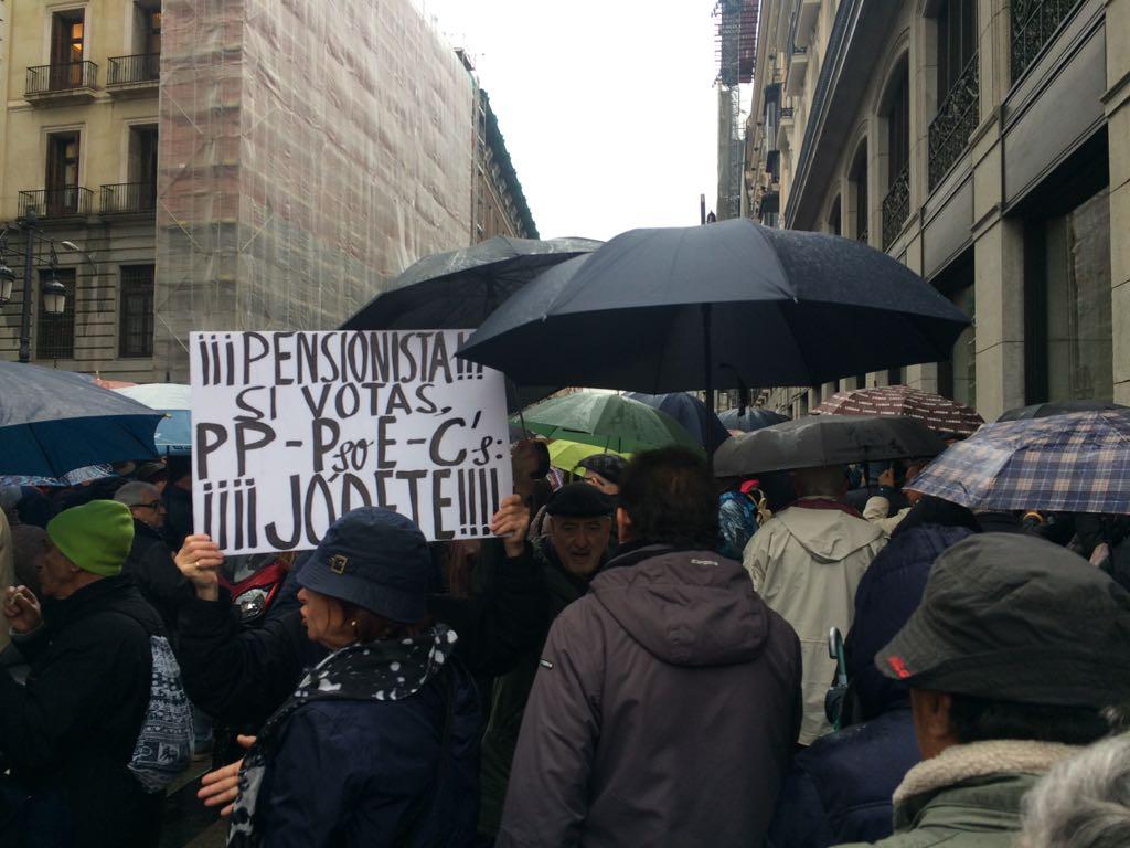 Manifestantes se concentran en Madrid por las pensiones.