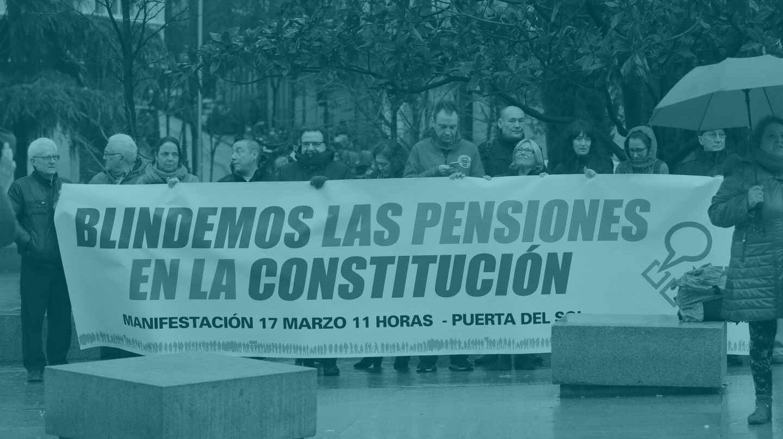 Un grupo de manifestantes por las pensiones a las puertas del Congreso.