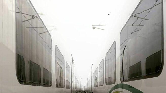 Dos trenes del consorcio del AVE a La Meca en paralelo, en el desierto.