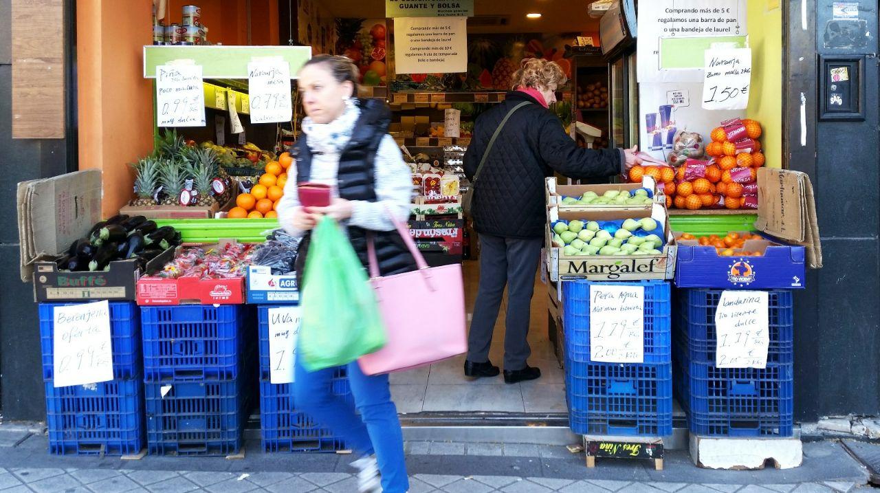 Puesto de fruta en Madrid, un día laboral.