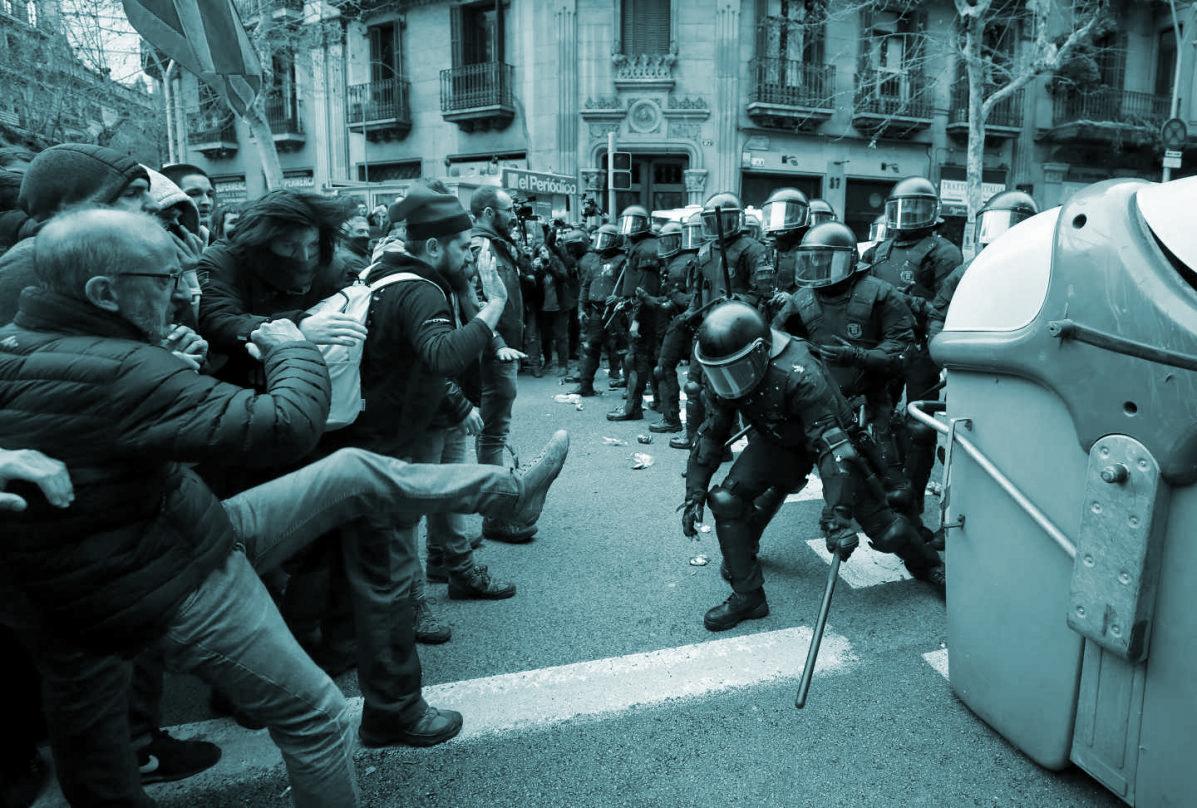 Enfrentamientos entre los Mossos y los manifestantes en Barcelona por la detención de Puigdemont.