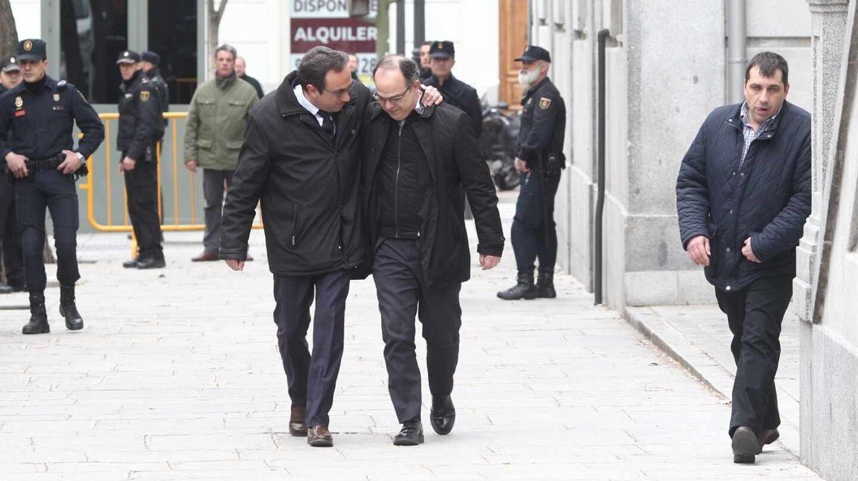 Rull y Turull, abrazados a la entrada del Tribunal Supremo.