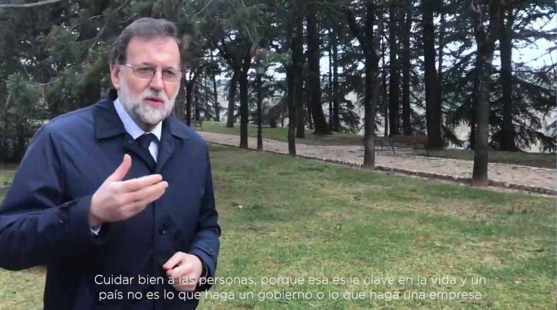 El presidente de Gobierno, Mariano Rajoy, en el videoblog casero que ha estrenado para captar afiliados.
