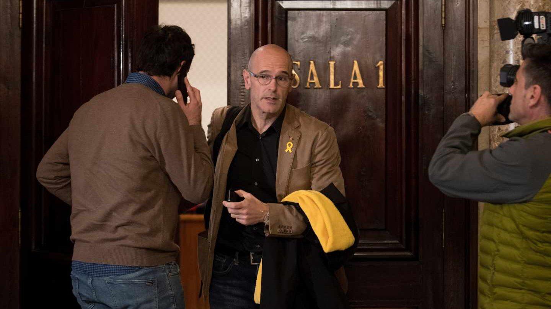 El diputado de ERC, Raül Romeva, sale de la reunión de su grupo parlamentario.