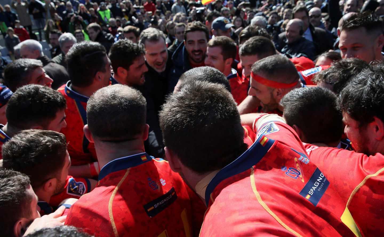 Felipe Vi, este domingo, celebra junto a la selección española de rugby la victoria contra Alemania.